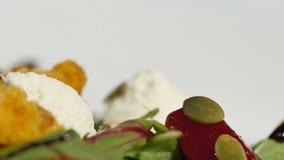 Φρέσκια σαλάτα με τα φρούτα και πράσινα στην άσπρη ξύλινη τοπ άποψη υποβάθρου με το διάστημα για το κείμενο τρόφιμα υγιή Σαλάτα μ Στοκ Εικόνες
