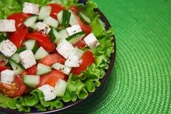 Φρέσκια σαλάτα με την ντομάτα και cucumber.green. Στοκ Εικόνες