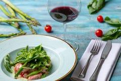 Φρέσκια σαλάτα με τις ντομάτες και τα μικτά πράσινα arugula, mesclun, mache στο ξύλινο υπόβαθρο τρόφιμα υγιή Στοκ φωτογραφία με δικαίωμα ελεύθερης χρήσης