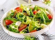 Φρέσκια σαλάτα με το αβοκάντο, την ντομάτα, τις ελιές και τη μοτσαρέλα σε ένα κύπελλο στοκ φωτογραφία με δικαίωμα ελεύθερης χρήσης