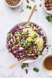 Φρέσκια σαλάτα με το κόκκινο λάχανο, το λάχανο, το αμύγδαλο, τη Apple, το σουσάμι, το βλαστημένους σπόρο και Turmeric τη σάλτσα Στοκ φωτογραφίες με δικαίωμα ελεύθερης χρήσης