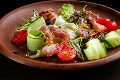 Φρέσκια σαλάτα με το μπέϊκον στο πιάτο αργίλου Στοκ Εικόνα