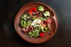 Φρέσκια σαλάτα με το μπέϊκον στο πιάτο αργίλου Στοκ φωτογραφίες με δικαίωμα ελεύθερης χρήσης