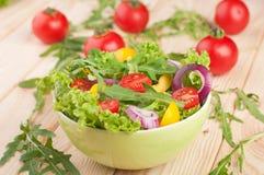 Φρέσκια σαλάτα με το πιπέρι και τα κρεμμύδια ντοματών Στοκ Εικόνες