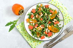 Φρέσκια σαλάτα με το σολομό και persimmon στοκ εικόνα με δικαίωμα ελεύθερης χρήσης