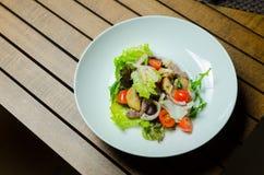 Φρέσκια σαλάτα με το στήθος, το arugula και την ντομάτα κοτόπουλου Στοκ φωτογραφίες με δικαίωμα ελεύθερης χρήσης
