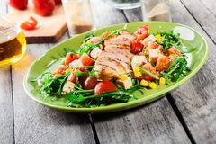 Φρέσκια σαλάτα με το στήθος, το arugula και την ντομάτα κοτόπουλου Στοκ εικόνες με δικαίωμα ελεύθερης χρήσης