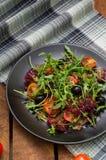 Φρέσκια σαλάτα με το arugula, τις γαρίδες, την ντομάτα κερασιών και το αβοκάντο Ξύλινη ανασκόπηση Κινηματογράφηση σε πρώτο πλάνο  Στοκ φωτογραφία με δικαίωμα ελεύθερης χρήσης