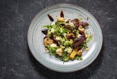 Φρέσκια σαλάτα με το arugula, το τυρί, τα μανιτάρια και τα καρύδια στο σκοτεινό υπόβαθρο πετρών Στοκ εικόνες με δικαίωμα ελεύθερης χρήσης