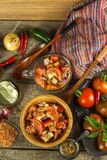 Φρέσκια σαλάτα ντοματών με τον τόνο και το τυρί τρόφιμα σιτηρεσίου πρόγευμα υγιές Στοκ φωτογραφίες με δικαίωμα ελεύθερης χρήσης