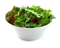 Φρέσκια σαλάτα σε ένα άσπρο πιάτο Στοκ φωτογραφία με δικαίωμα ελεύθερης χρήσης