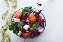 Φρέσκια σαλάτα στο κύπελλο γυαλιού με την ντομάτα Στοκ Φωτογραφία