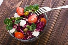 Φρέσκια σαλάτα στο κύπελλο γυαλιού με την ντομάτα Στοκ εικόνα με δικαίωμα ελεύθερης χρήσης
