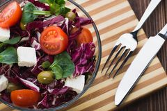 Φρέσκια σαλάτα στο κύπελλο γυαλιού με την ντομάτα Στοκ φωτογραφία με δικαίωμα ελεύθερης χρήσης