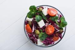 Φρέσκια σαλάτα στο κύπελλο γυαλιού με την ντομάτα Στοκ Φωτογραφίες