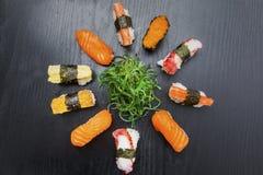 Φρέσκια σαλάτα φυκιών με τα ανάμεικτα σούσια Στοκ εικόνες με δικαίωμα ελεύθερης χρήσης