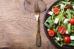 Φρέσκια σαλάτα άνοιξη με το rucola στοκ εικόνες
