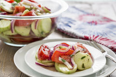 Φρέσκια σαλάτα αγγουριών ντοματών καλοκαιριού Στοκ Εικόνες