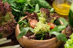 Φρέσκια σαλάτα από τα πράσινα, τις ντομάτες κερασιών και τα καρυκεύματα Στοκ Φωτογραφίες