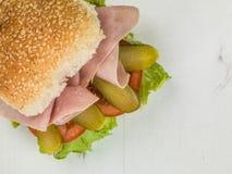 Φρέσκια σαλάτα ζαμπόν με την ντομάτα αγγουριών και το ρόλο ψωμιού σπόρου σουσαμιού μαρουλιού ή το σάντουιτς κουλουριών Στοκ φωτογραφία με δικαίωμα ελεύθερης χρήσης