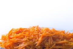 Φρέσκια σαλάτα καρότων με τα καρυκεύματα στο άσπρο υπόβαθρο Στοκ Εικόνες