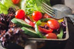 Φρέσκια σαλάτα κινηματογραφήσεων σε πρώτο πλάνο, ντομάτα, αγγούρι, πιπέρι κουδουνιών Στοκ Φωτογραφία