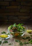 Φρέσκια σαλάτα με τα λαχανικά σε έναν ξύλινο πίνακα Στοκ Φωτογραφία