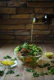 Φρέσκια σαλάτα με τα λαχανικά σε έναν ξύλινο πίνακα Στοκ Εικόνες