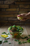 Φρέσκια σαλάτα με τα λαχανικά σε έναν ξύλινο πίνακα Στοκ εικόνα με δικαίωμα ελεύθερης χρήσης