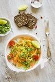 Φρέσκια σαλάτα με τα κολοκύθια και τα καρότα στοκ εικόνα