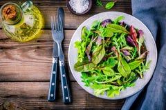 Φρέσκια σαλάτα με τα μικτά πράσινα στο ξύλινο υπόβαθρο Στοκ φωτογραφίες με δικαίωμα ελεύθερης χρήσης