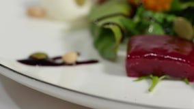 Φρέσκια σαλάτα με τα φρούτα και πράσινα στην άσπρη ξύλινη τοπ άποψη υποβάθρου με το διάστημα για το κείμενο τρόφιμα υγιή Σαλάτα μ απόθεμα βίντεο