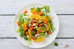 Φρέσκια σαλάτα με την κολοκύθα και τα πράσινα Στοκ Εικόνες
