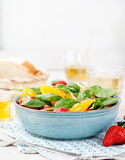Φρέσκια σαλάτα με τη φράουλα, το πορτοκάλι και το σπανάκι σε ένα κύπελλο στο ξύλινο υπόβαθρο Στοκ φωτογραφία με δικαίωμα ελεύθερης χρήσης