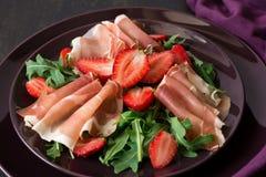 Φρέσκια σαλάτα με τη φράουλα, το arugula και το prosciutto Στοκ Φωτογραφίες