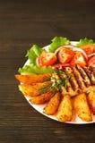 Φρέσκια σαλάτα με τις ντομάτες και μαρούλι με το κρέας και τις πατάτες στοκ φωτογραφία με δικαίωμα ελεύθερης χρήσης