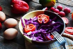 Φρέσκια σαλάτα με τις ντομάτες κερασιών, σπανάκι, σε ένα πιάτο στο ξύλινο υπόβαθρο, σαλάτα με τα λαχανικά και τα πράσινα, sala φρ Στοκ φωτογραφίες με δικαίωμα ελεύθερης χρήσης