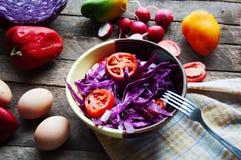 Φρέσκια σαλάτα με τις ντομάτες κερασιών, σπανάκι, σε ένα πιάτο στο ξύλινο υπόβαθρο, σαλάτα με τα λαχανικά και τα πράσινα, sala φρ Στοκ φωτογραφία με δικαίωμα ελεύθερης χρήσης