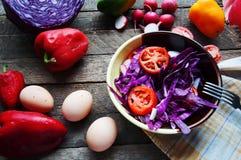 Φρέσκια σαλάτα με τις ντομάτες κερασιών, σπανάκι, σε ένα πιάτο στο ξύλινο υπόβαθρο, σαλάτα με τα λαχανικά και τα πράσινα, sala φρ Στοκ Φωτογραφία