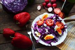 Φρέσκια σαλάτα με τις ντομάτες κερασιών, σπανάκι, σε ένα πιάτο στο ξύλινο υπόβαθρο, σαλάτα με τα λαχανικά και τα πράσινα, sala φρ Στοκ Εικόνες