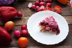 Φρέσκια σαλάτα με τις ντομάτες κερασιών, σπανάκι, σε ένα πιάτο στο ξύλινο υπόβαθρο, σαλάτα με τα λαχανικά και τα πράσινα, sala φρ Στοκ εικόνες με δικαίωμα ελεύθερης χρήσης
