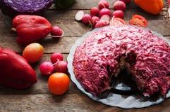 Φρέσκια σαλάτα με τις ντομάτες κερασιών, σπανάκι, σε ένα πιάτο στο ξύλινο υπόβαθρο, σαλάτα με τα λαχανικά και τα πράσινα, sala φρ Στοκ Εικόνα