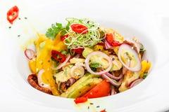 Φρέσκια σαλάτα με το αβοκάντο, τις ξηραμένες από τον ήλιο ντομάτες, τα καυτά πιπέρια, τις ντομάτες κερασιών, τα γλυκά πιπέρια και Στοκ εικόνα με δικαίωμα ελεύθερης χρήσης