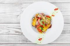 Φρέσκια σαλάτα με το αβοκάντο, τις ξηραμένες από τον ήλιο ντομάτες, τα καυτά πιπέρια, τις ντομάτες κερασιών, τα γλυκά πιπέρια και Στοκ Εικόνες