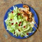 Φρέσκια σαλάτα με το κοτόπουλο στο οβελίδιο Στοκ φωτογραφία με δικαίωμα ελεύθερης χρήσης