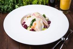 Φρέσκια σαλάτα με το κοτόπουλο, την παρμεζάνα, τα πράσινα και το κεράσι ξύλινο στενό σε επάνω υποβάθρου Στοκ Εικόνες