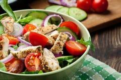 Φρέσκια σαλάτα με το κοτόπουλο, τις ντομάτες και το arugula στο πιάτο Στοκ Φωτογραφίες