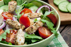 Φρέσκια σαλάτα με το κοτόπουλο, τις ντομάτες και το arugula στο πιάτο Στοκ εικόνες με δικαίωμα ελεύθερης χρήσης