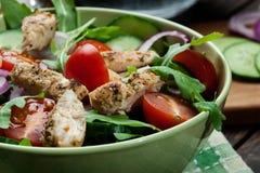 Φρέσκια σαλάτα με το κοτόπουλο, τις ντομάτες και το arugula στο πιάτο Στοκ Φωτογραφία