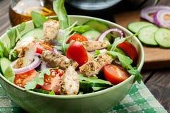 Φρέσκια σαλάτα με το κοτόπουλο, τις ντομάτες και το arugula στο πιάτο Στοκ φωτογραφίες με δικαίωμα ελεύθερης χρήσης